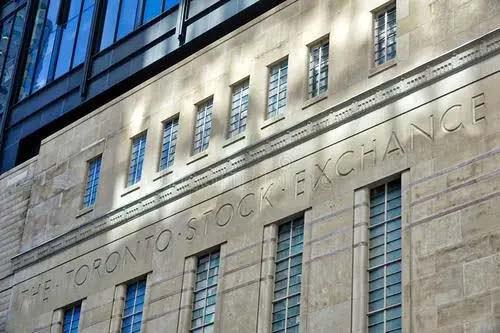 Gildan 首次公開募股,並在多倫多證券交易所(TSX)和美國證券交易所公開上市。