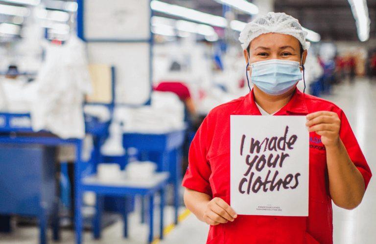 """在 Gildan 的聖安東尼奧縫紉廠內參加""""時尚革命週"""""""